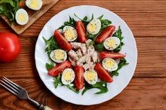 Υγιής φυτική σαλάτα κοτόπουλου Η σπιτική σαλάτα με τις φρέσκες ντομάτες, arugula, αυγά ορτυκιών, έβρασε το στήθος κοτόπουλου και  Στοκ Εικόνες