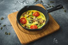 Υγιής χορτοφάγος ομελέτα στο τηγάνισμα των σπόρων τηγανιών και κολοκύθας Στοκ Εικόνες