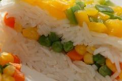 υγιής χορτοφάγος τροφίμων Άνοδος basmati με τα λαχανικά Τρόφιμα Vegan Basmati μαγειρευμένο λευκό ρυζιού στον ξύλινο πίνακα Στοκ Εικόνες