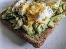 υγιής χορτοφάγος τροφίμων Αβοκάντο με τα ελεύθερα αυγά σειράς στο καφετί ψωμί Στοκ φωτογραφίες με δικαίωμα ελεύθερης χρήσης