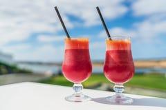 Υγιής χυμός τεύτλων detox δύο γυαλιά στον πίνακα καφέδων Στοκ Εικόνα