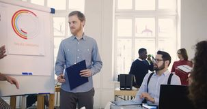 Υγιής multiethnic εργασιακός χώρος Οι δημιουργικοί επιχειρηματίες συζητούν την εργασία, συνεργάζονται στο σεμινάριο πωλήσεων στο  φιλμ μικρού μήκους