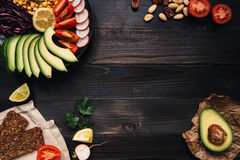 Υγιής vegan έννοια τροφίμων Τα υγιή τρόφιμα με τα λαχανικά και ολόκληρος ο σίτος πασπαλίζουν με ψίχουλα στην ξύλινη άποψη επιτραπ Στοκ Εικόνες