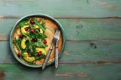 Υγιής vegan φυτική σαλάτα με το αβοκάντο, το arugula, τα τα βακκίνια, τους σπόρους λιναριού και τους σπόρους σουσαμιού σε μια αγρ στοκ φωτογραφία