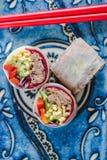 Υγιή δαγκώματα βόειου κρέατος και σαλάτας Teriyaki στοκ εικόνες