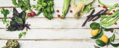 Υγιή ακατέργαστα θερινά vegan συστατικά πέρα από το άσπρο ξύλινο υπόβαθρο Στοκ φωτογραφίες με δικαίωμα ελεύθερης χρήσης