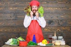 Υγιή ακατέργαστα τρόφιμα Να κάνει δίαιτα έννοια Καπέλο ένδυσης ατόμων και σαλάτα λαβής ποδιών ( Γενειοφόρος επαγγελματίας hipster στοκ φωτογραφίες
