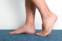 Υγιή αρσενικά πόδια που αισθάνονται άνετα Στοκ Εικόνες