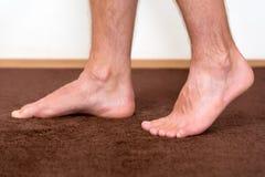Υγιή αρσενικά πόδια που αισθάνονται άνετα Στοκ φωτογραφία με δικαίωμα ελεύθερης χρήσης