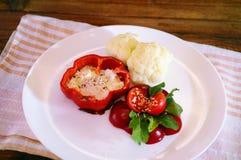 Υγιή λαχανικά, arugula και αυγό σε ένα άσπρο πιάτο Στοκ εικόνες με δικαίωμα ελεύθερης χρήσης