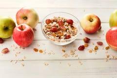 Υγιή γεύματα πρωινού με το muesli και τα μήλα στοκ εικόνες