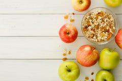 Υγιή γεύματα πρωινού με το muesli και τα μήλα στοκ φωτογραφίες με δικαίωμα ελεύθερης χρήσης