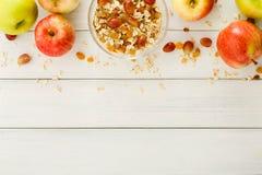 Υγιή γεύματα πρωινού με το muesli και τα μήλα στοκ εικόνα