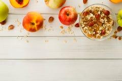 Υγιή γεύματα πρωινού με το muesli και τα μήλα στοκ φωτογραφία με δικαίωμα ελεύθερης χρήσης