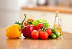 υγιή επιτραπέζια λαχανικά τροφίμων ξύλινα Στοκ φωτογραφία με δικαίωμα ελεύθερης χρήσης
