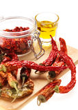 Υγιή ιταλικά ακατέργαστα τρόφιμα: κόκκινα πιπέρια τσίλι και ol Στοκ φωτογραφία με δικαίωμα ελεύθερης χρήσης