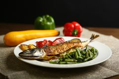 Υγιή και κατάλληλα τρόφιμα, ψημένα στη σχάρα ψάρια και λαχανικά Στοκ εικόνες με δικαίωμα ελεύθερης χρήσης