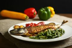 Υγιή και κατάλληλα τρόφιμα, ψημένα στη σχάρα ψάρια και λαχανικά Στοκ φωτογραφία με δικαίωμα ελεύθερης χρήσης