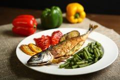 Υγιή και κατάλληλα τρόφιμα, ψημένα στη σχάρα ψάρια και λαχανικά Στοκ Φωτογραφία