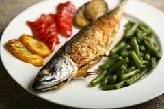 Υγιή και κατάλληλα τρόφιμα, ψημένα στη σχάρα ψάρια και λαχανικά Στοκ Εικόνα