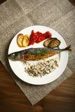 Υγιή και κατάλληλα τρόφιμα, ψημένα στη σχάρα ψάρια και λαχανικά Στοκ Εικόνες