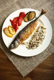 Υγιή και κατάλληλα τρόφιμα, ψημένα στη σχάρα ψάρια και λαχανικά Στοκ φωτογραφίες με δικαίωμα ελεύθερης χρήσης