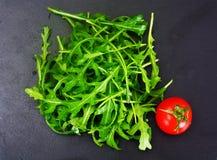 Υγιή και τρόφιμα διατροφής: arugula και ντομάτα Στοκ φωτογραφίες με δικαίωμα ελεύθερης χρήσης