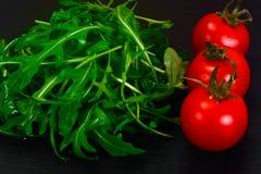 Υγιή και τρόφιμα διατροφής: arugula και ντομάτα Στοκ Εικόνα