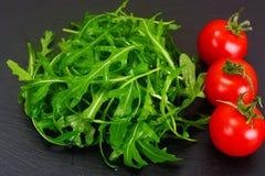 Υγιή και τρόφιμα διατροφής: arugula και ντομάτα Στοκ Εικόνες