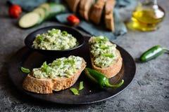 Υγιή κολοκύθια που διαδίδονται με το τυρί κρεμμυδιών, σκόρδου και κρέμας Στοκ φωτογραφία με δικαίωμα ελεύθερης χρήσης