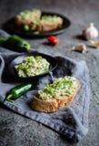Υγιή κολοκύθια που διαδίδονται με το τυρί κρεμμυδιών, σκόρδου και κρέμας Στοκ εικόνες με δικαίωμα ελεύθερης χρήσης