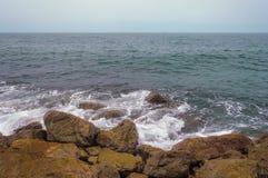 Υγιή κύματα που χτυπούν την πέτρα Στοκ Εικόνα