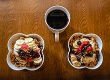 Υγιή κύπελλα μούρων Acai με τα φρούτα και το granola και το μαύρο καφέ στοκ εικόνα με δικαίωμα ελεύθερης χρήσης