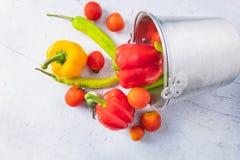 Υγιή λαχανικά και φρούτα στον άσπρο ξύλινο πίνακα στοκ φωτογραφία με δικαίωμα ελεύθερης χρήσης