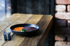 Υγιή μαύρα cutlets ρυζιού Vegan εξυπηρέτησαν με το πορτοκαλί πλέγμα και microgreeens και decaf τον καφέ καρότων τρόφιμα vegeteria στοκ φωτογραφίες