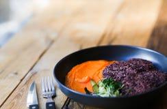 Υγιή μαύρα cutlets ρυζιού Vegan που εξυπηρετούνται με το πορτοκαλί πλέγμα καρότων και microgreeens τρόφιμα vegeterian στοκ φωτογραφία με δικαίωμα ελεύθερης χρήσης