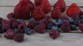 Υγιή μικτά φρούτα και συστατικά με τη φράουλα, σμέουρο, βακκίνιο Μούρα στο αγροτικό άσπρο ξύλινο υπόβαθρο απόθεμα βίντεο