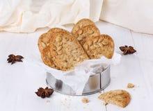 Υγιή μπισκότα προγευμάτων πέρα από το άσπρο ξύλινο υπόβαθρο Στοκ Εικόνες