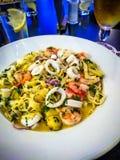 Υγιή ολόκληρα ζυμαρικά σιταριού με τις γαρίδες, το calamari και τα χορτάρια Στοκ φωτογραφία με δικαίωμα ελεύθερης χρήσης