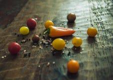 Υγιή οργανικά λαχανικά σε μια ξύλινη ανασκόπηση Στοκ εικόνα με δικαίωμα ελεύθερης χρήσης