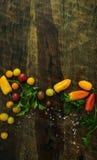 Υγιή οργανικά λαχανικά σε μια ξύλινη ανασκόπηση Στοκ Φωτογραφία
