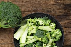 Υγιή πράσινα οργανικά ακατέργαστα Florets μπρόκολου έτοιμα για το μαγείρεμα RA Στοκ Φωτογραφία