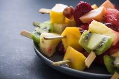 Υγιή πρόχειρα φαγητά, εξωτικά φρούτα kebabs Στοκ Εικόνα