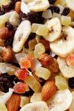 Υγιή πρόχειρο φαγητό, φρούτα και καρύδια στοκ εικόνες