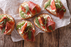 Υγιή σάντουιτς με τα σύκα, το prosciutto, το arugula και το τυρί clo Στοκ Εικόνες