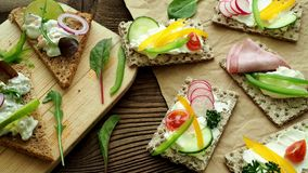 Υγιή σάντουιτς με τα φρέσκα λαχανικά Φρυγανιές προγευμάτων στον ξύλινο τέμνοντα πίνακα απόθεμα βίντεο