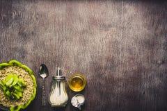 Υγιή συστατικά προγευμάτων Κύπελλο του granola βρωμών, των νωπών καρπών και του μελιού Τοπ άποψη, διάστημα αντιγράφων τονισμένος στοκ φωτογραφία με δικαίωμα ελεύθερης χρήσης