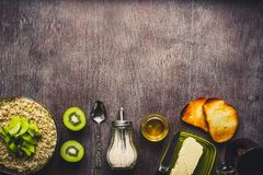 Υγιή συστατικά προγευμάτων Κύπελλο του granola βρωμών, των νωπών καρπών και του μελιού Τοπ άποψη, διάστημα αντιγράφων τονισμένος στοκ εικόνες