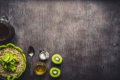 Υγιή συστατικά προγευμάτων Κύπελλο του granola βρωμών, των νωπών καρπών και του μελιού Τοπ άποψη, διάστημα αντιγράφων τονισμένος στοκ εικόνα