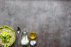Υγιή συστατικά προγευμάτων Κύπελλο του granola βρωμών, των νωπών καρπών και του μελιού Τοπ άποψη, διάστημα αντιγράφων στοκ εικόνα